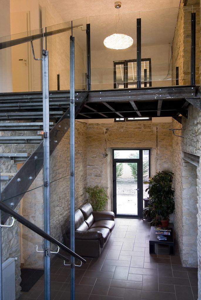 Le hall d\'entrée avec l\'escalier menant à l\'étage de la fe… | Flickr