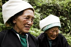 Dones Zhuang (壮) amb atuells funeraris