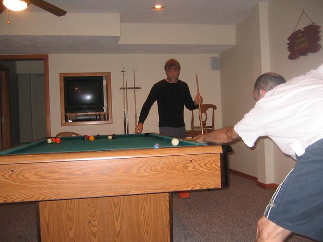 046_Dan_Tom_playing_pool