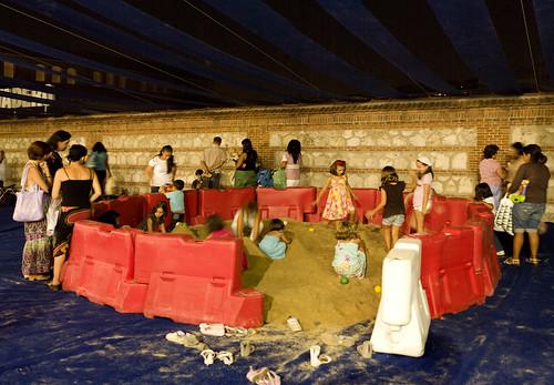 LaNocheDeLosNiños.org - intercambio de juguetes - recinto arenero   by ecosistema urbano