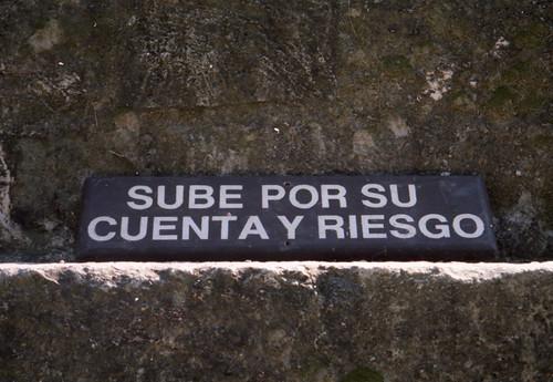 Imagen de cartel de sube por su cuenta y riesgo como ejemplo de asumir riesgos.