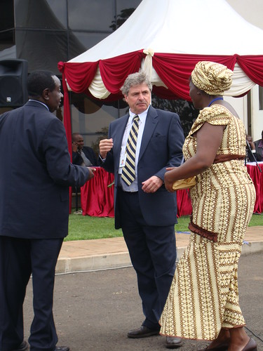 Nov/2010 - Bruce Scott advising the head usher on logistical matters. 5 Nov 2010 (photo credit: ILRI/MacMillan).