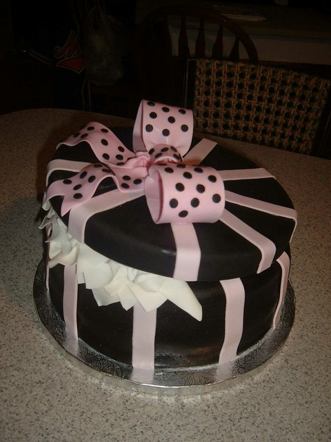 hat box cake pink and black