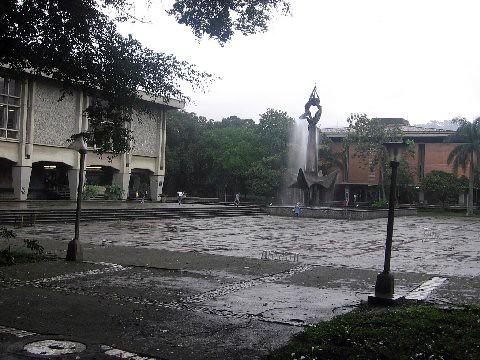 //40/1c/120 - LLOVIENDO EN el patio central U.de A. medellin,colombia 2005