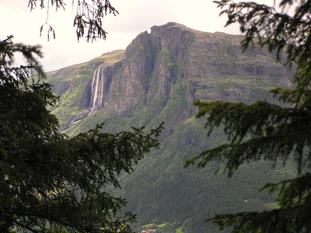 Veslehorn 1300m met waterval Hydnefossen