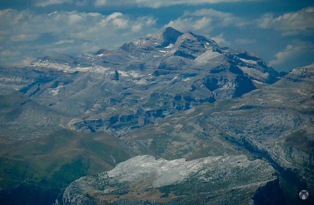 Macizo de Monte Perdido y la hendidura del cañón de Añisclo