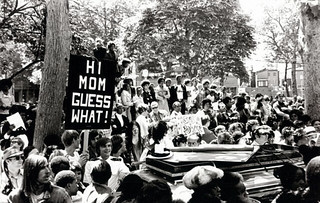 """Hi Mom, Guess What!"" at the first gay pride rally in Philadelphia, in June of 1972 [947x602] #HistoryPorn #history #retro http://ift.tt/1TrTahR 