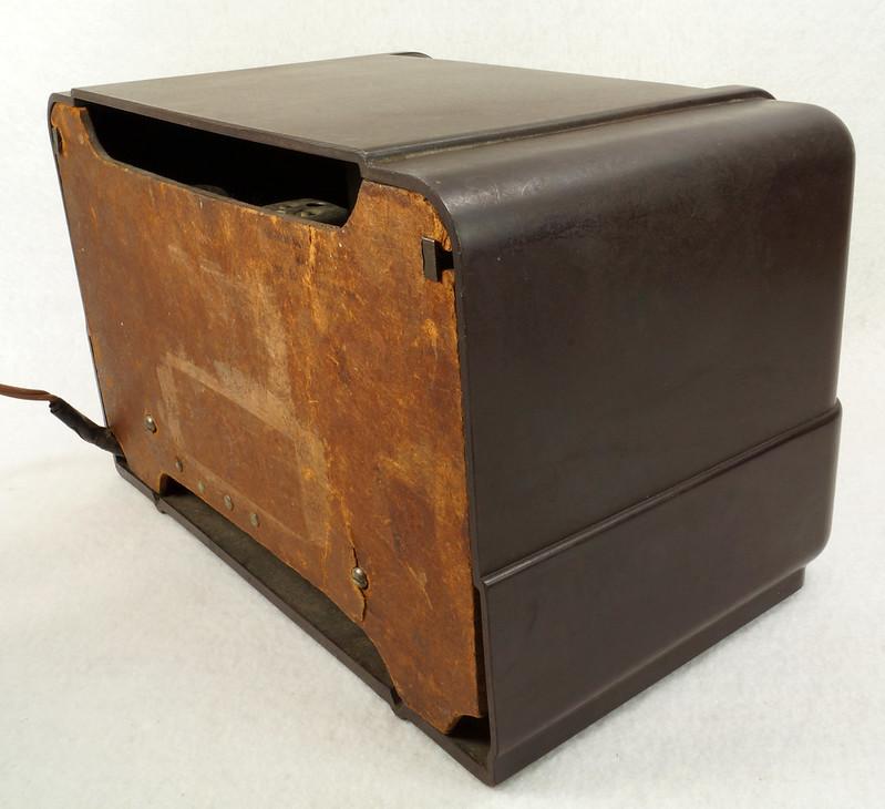 RD11401 Vintage Mid Century 1948 TRAV-LER 5066 Brown Bakelite Case TUBE RADIO DSC09655
