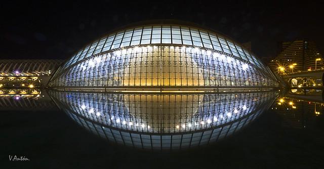 Vista frontal nocturna del L'Hemisferic, Ciudad de las Artes y las Ciencias de Valencia