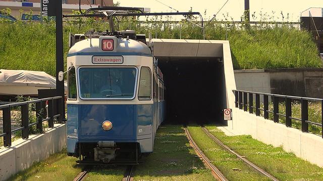 Tram Zürich Serie Be 4/6 1601 - 1726. Margarethentunnel beim Bahnhof Glattbrugg  6. Juni 2010
