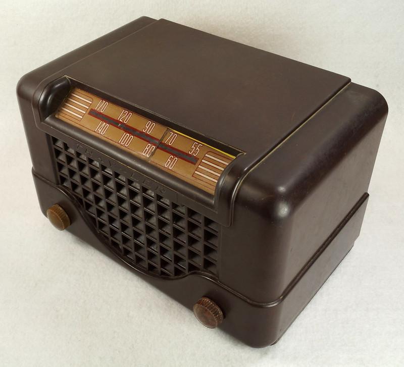 RD11401 Vintage Mid Century 1948 TRAV-LER 5066 Brown Bakelite Case TUBE RADIO DSC09643