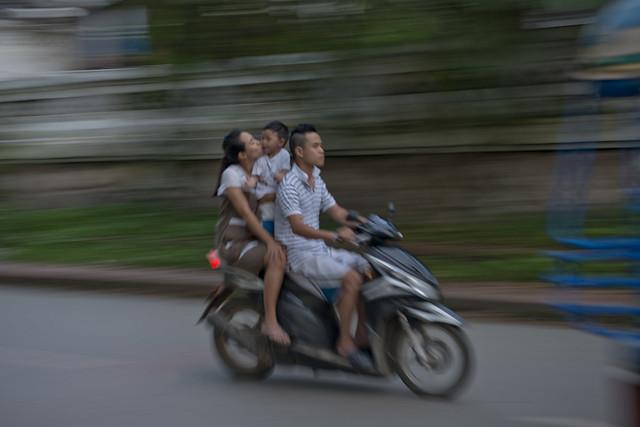 LAO172 Family riders - Luangprabang 113 - Laos