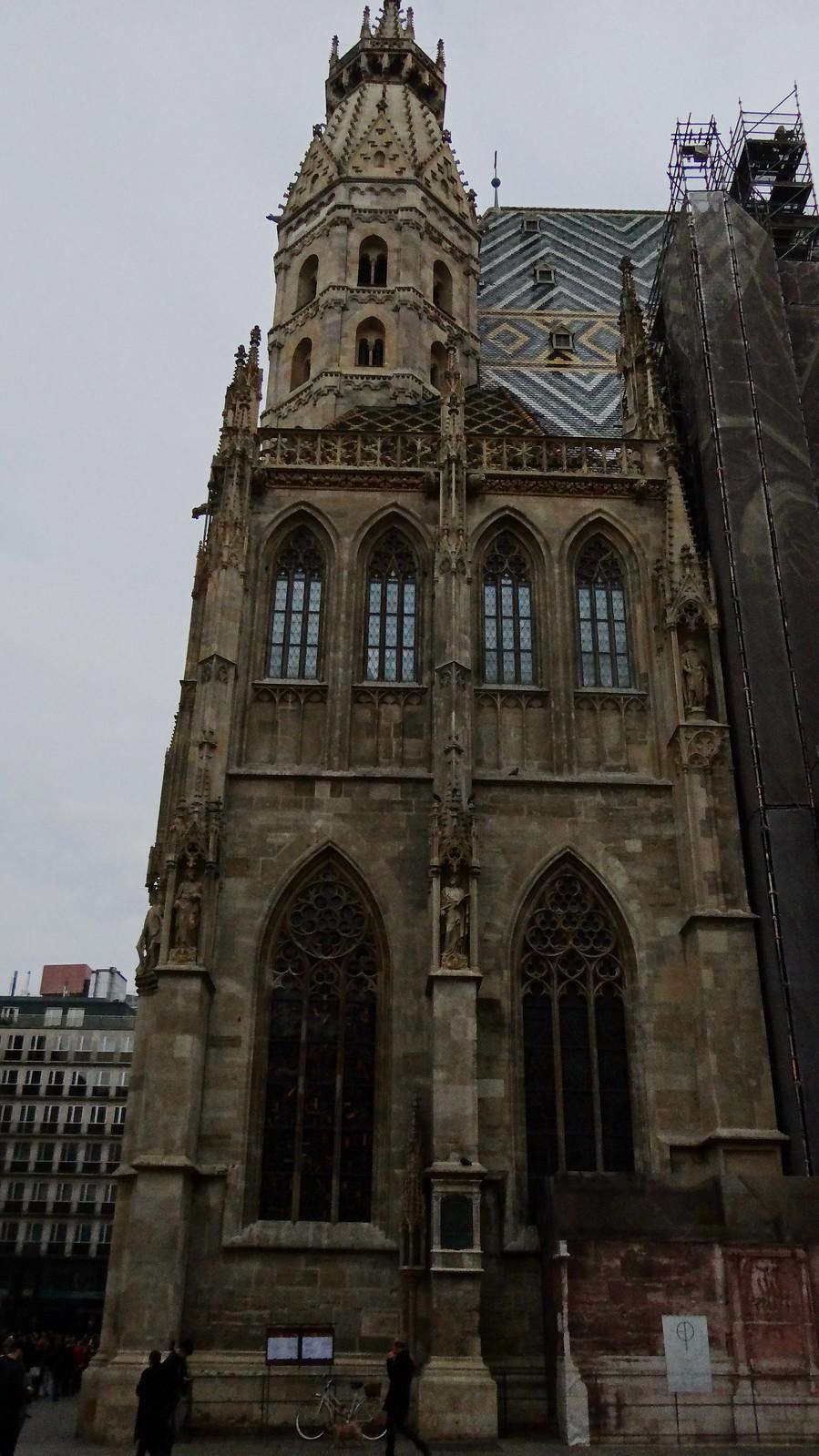 Die Wiener Bürgerschaft bespöttelte das Bauwerk und benamste es ironisch als goldenes Krauthappel. Darüber wölbt sich eine filigrane Dreiviertelkugel von Lorbeerblättern aus vergoldetem Metall. Schlicht eingesetzte verspielte Verzierungen akzentuieren die grellweißen Wandflächen in Wien 00976