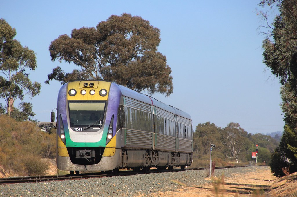 VL41 runs the midday service to Echuca through White Hills by bukk05