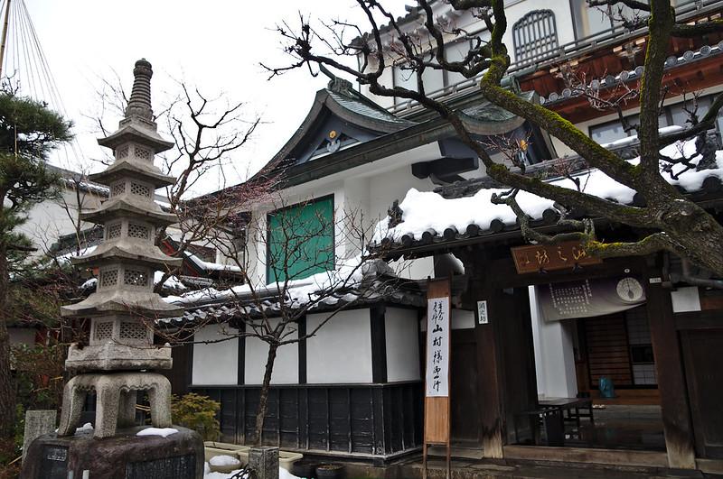 Dans la rue menant au temple