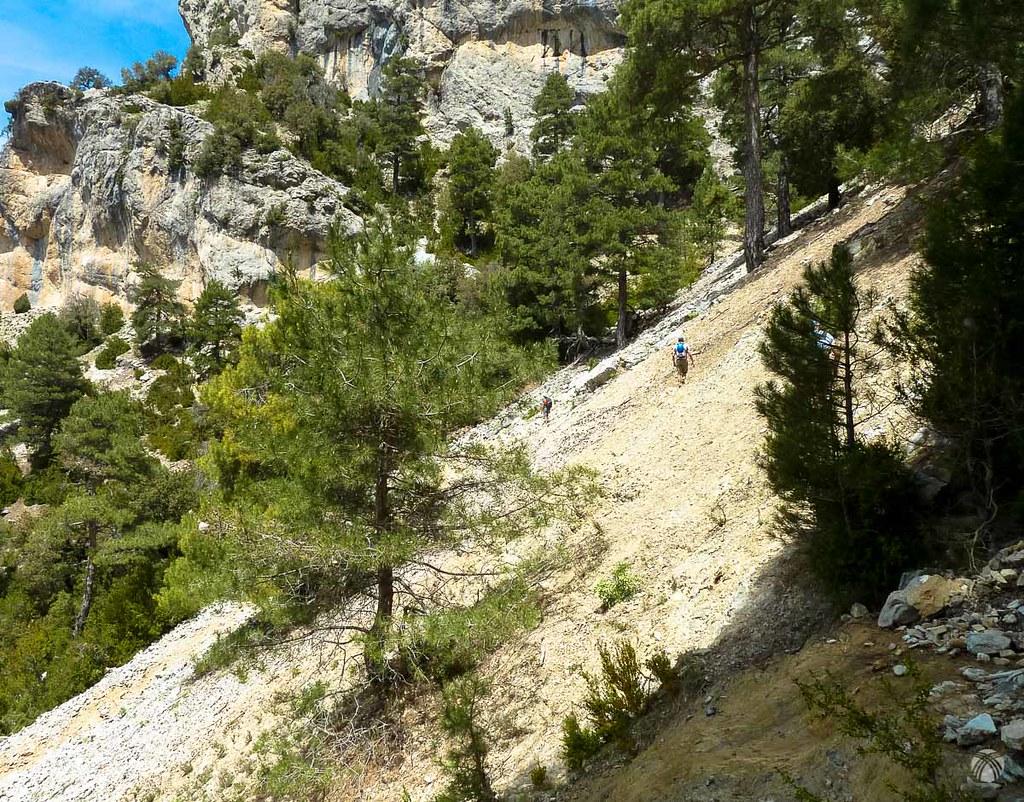 Cruzando barranqueras y laderas muy rotas