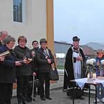 Pfarrer Bonaventura Dumea mit dem Kirchenchor beim Gottesdienst an Allerheiligen 2014 auf dem Billeder Friedhof