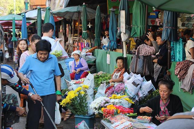 Oude vrouwtjes op de markt