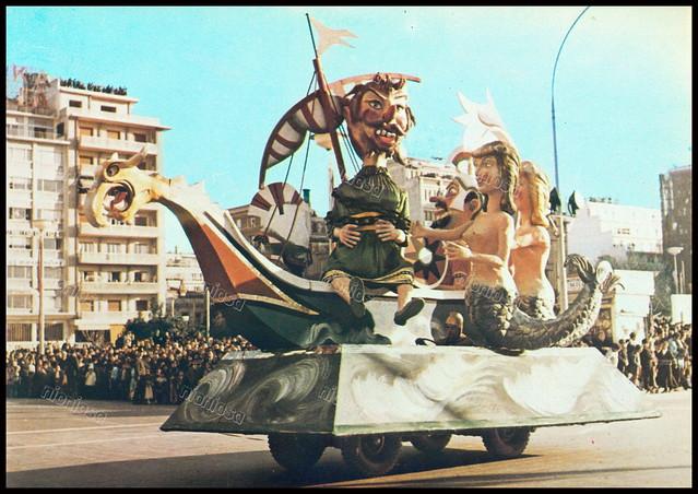 """Αποκριάτικο άρμα, Πειραιάς 1970's. Φωτογραφία από το βιβλίο του Διονυσίου Πανίτσα """"Ο άρχοντας του Πειραιώς""""."""