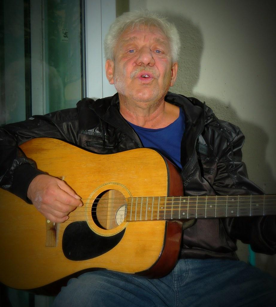 Strassen Musiker JANOS am Nonnenhaus in Tübingen - Street