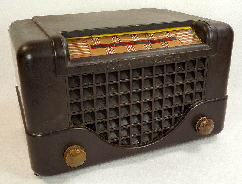 RD11401 Vintage Mid Century 1948 TRAV-LER 5066 Brown Bakelite Case TUBE RADIO DSC09647