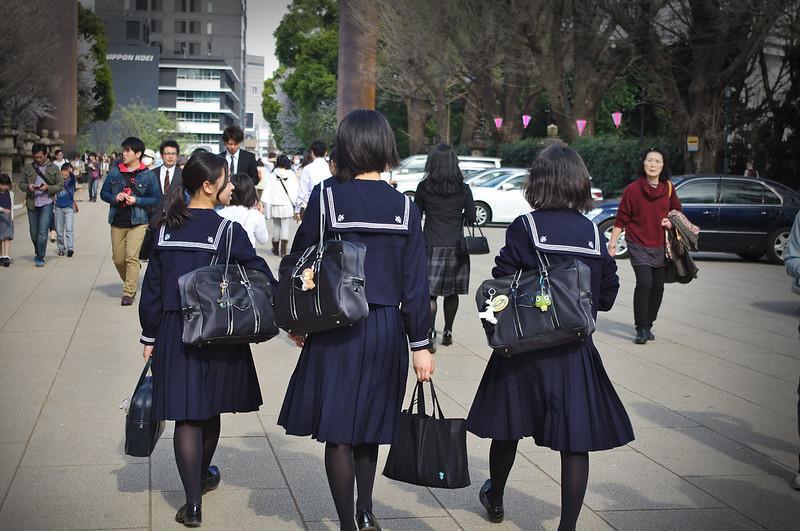 Lycéennes en uniforme de marinière