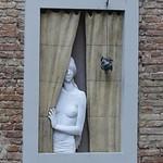 Femme à la fenêtre.