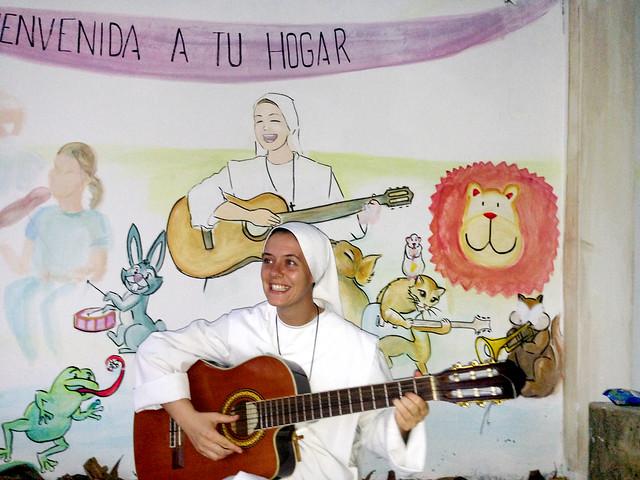 Hermana Clare de fondo en el Mural de Playa Prieta del Buen Pastor