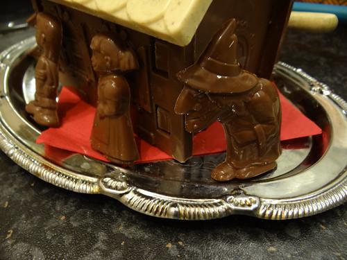 Pfefferkuchenhaus der Hexe, das frisch aus dem Ofen kommt, auf der Lichtung im MärchenWald mit Lebkuchen und Zuckerguss