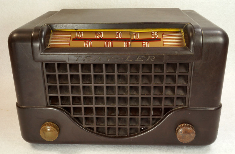 RD11401 Vintage Mid Century 1948 TRAV-LER 5066 Brown Bakelite Case TUBE RADIO DSC09646