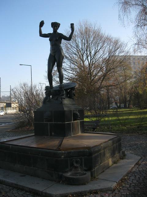1911 Dresden Aphrodite Brunnenfigur von Georg Wrba auf Maria-Gey-Brunnen Friedrich-List-Platz in 01069 Südvorstadt