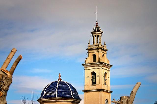 Cúpula y torre ante nubes