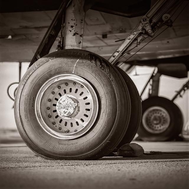 DC-7 MAIN GEARS