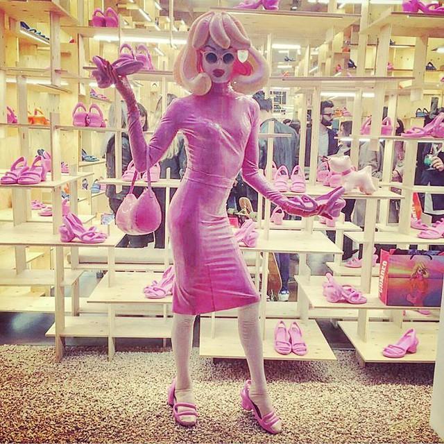 Window shopping.... AGAIN! Shoes galore & they're all pink! @camper @camperlab regram @romainkremer 🐼👠👡💋 #pandemonia #kobarah #campershoes #Milan #PrettyInPink #pinkdress #MallorcaByCamper