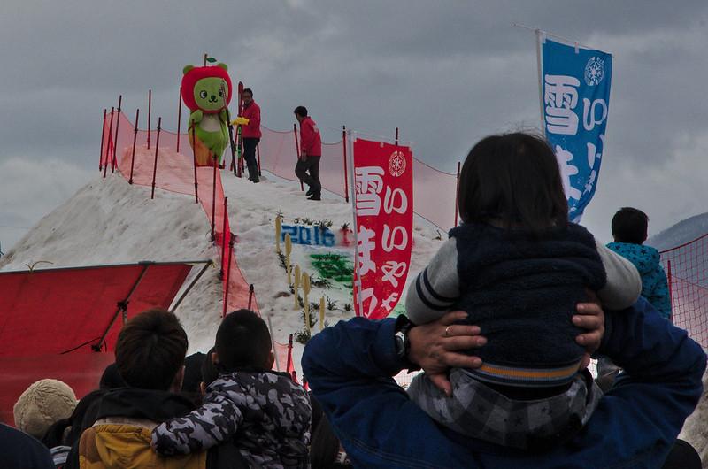 Arukuma, mascotte de Nagano, prête à effectuer un saut à ski