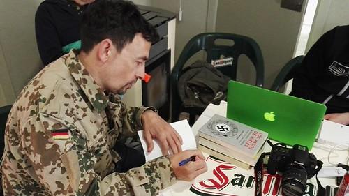 Jesus Hernández dedicando un libro a nuestros lectores