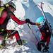 Pomoc dvojice pri výstupe, foto: Matej Rumanský