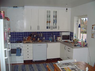 Köket ser ut så här nu. Fläkt saknas och vi väntar på T!