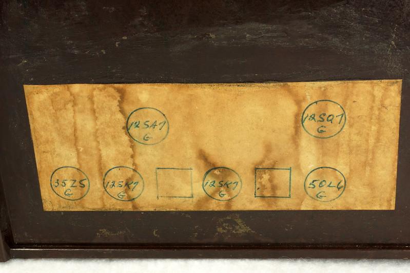 RD11401 Vintage Mid Century 1948 TRAV-LER 5066 Brown Bakelite Case TUBE RADIO DSC09658