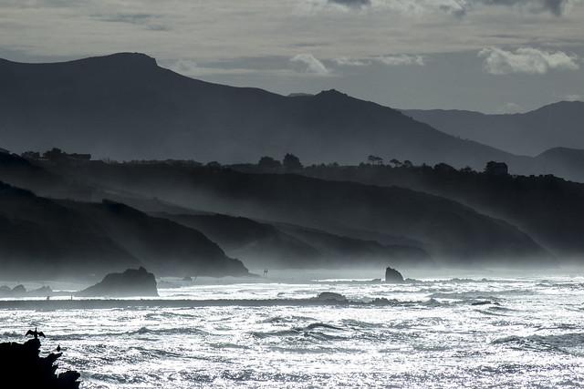 Côte basque dans la brume