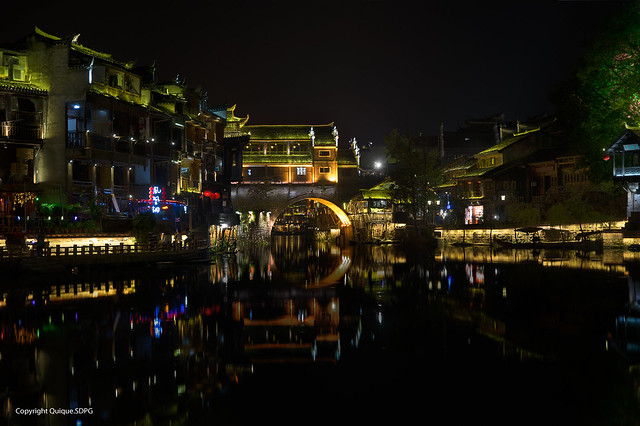 VISTA NOCTURNA PUENTE HONG FENGHUANG