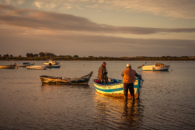 Amanecer- preparando la barca para la pesca-