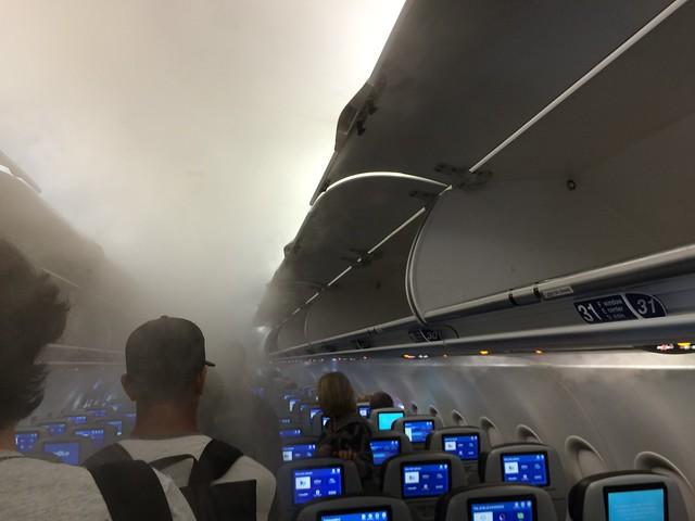 日, 2015-12-13 16:09 - 煙の立ち込める機内
