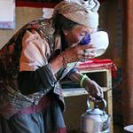 A Tajik woman drinking tea, Tashkurgan タシュクルガン、チャイの味見をする女性