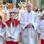 Pfarrer Bonaventura Dumea mit seinen Ministranten nach der Messe am 1. Mai 2016 anlässlich seiner 50-jährigen Jubiläumsfeier