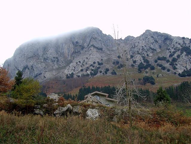 Las brumosas laderas del Mugarra