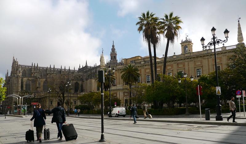 Séville, Andalousie: les Archives générales des Indes (Archivo General de Indias) XVI°. Au fond la cathédrale.