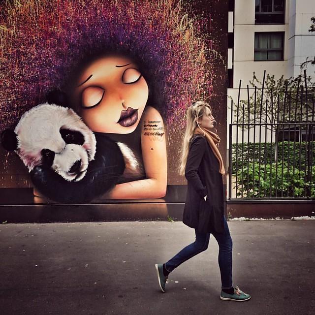 Hug.    #girl #street #StreetArt #streetscene #streetartparis #style #paris#parisienne #streetphotography #rue #france #frenchgirl