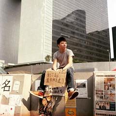 佔領時期某個上班日的早上  #rolleiflex #lomo #lomography800 #filmphotography #filmisnotdead #istillshootfilm #umbrellamovement #central #hongkong #2014