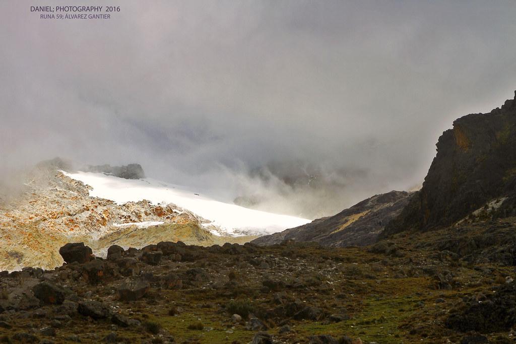 Glaciar entre la niebla